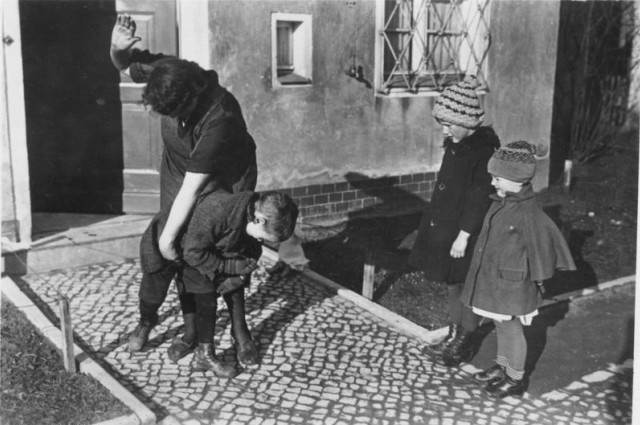 Bundesarchiv_Bild_183-R79742,_Erziehungsmethode