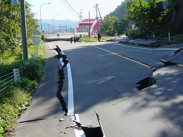 640px-Chuetsu_earthquake-Yamabe_Bridge