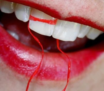 800px-free_macro_white_teeth_with_dental_floss_and_red_lipstick_creative_commons_2850949552529